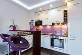 Intérieur de cuisine blanc et violet — Photo