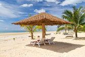 Paysage plage tropicale avec parasol — Photo