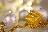 Weihnachtsgeschenk und Kugeln — Stockfoto