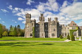 Ashford castle and gardens in Co. Mayo — Stock Photo