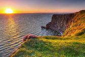 скалы мохер на закате в графство клэр — Стоковое фото