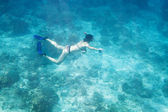 Women diving underwater in Andaman Sea — Stock Photo