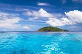 Eau turquoise de la mer d'andaman à îles similan — Photo