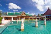 Oosterse paviljoen weerspiegeld in het water — Stockfoto