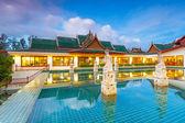 Oosterse paviljoen weerspiegeld in het water in de schemering — Stockfoto