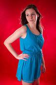 Porträtt av ung vacker brunett över röd bakgrund — Stockfoto