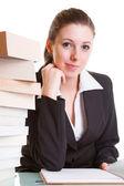 Aprendizaje con pila de libros sobre el escritorio del estudiante — Foto de Stock