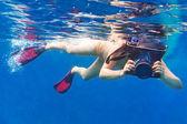 Jeunes femmes à la plongée en apnée dans la mer d'andaman — Photo