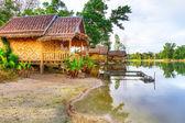 Liten by vid vattnet i thailand — Stockfoto