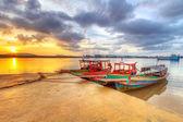 Vissersboten aan de rivier in koh khao kho, thailand — Stockfoto