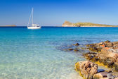 White yacht on the idyllic beach lagoon of Crete — Stock Photo