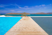 Jetée à l'eau de la baie de mirabello — Photo