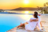 Paar in umarmung beobachten zusammen sonnenaufgang — Stockfoto