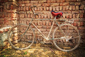 Dusty old bike at brick wall — 图库照片