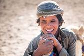 Chlapec s velbloudy v beduínské vesnici na poušti — Stock fotografie
