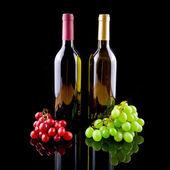Flasche rot- und weißwein mit trauben — Stockfoto