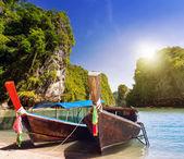 Bateaux à longue queue sur la mer de la côte d'andaman — Photo