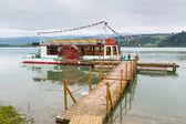 Barco no cais de madeira sobre o lago de czorsztyn — Foto Stock