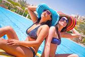 Relax de dos chicas bronceadas — Foto de Stock