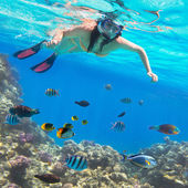Beautiful woman snorkeling in Red Sea — Stock Photo