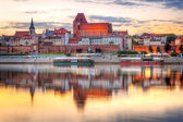 Torun old town reflected in Vistula river at sunset — Stock Photo