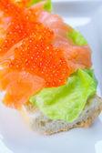Havyar ve füme somon sandviç — Stok fotoğraf