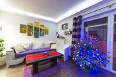 Julgran i moderna vardagsrum — Stockfoto