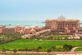 Emirates Palace and gardens in Abu Dhabi — Stock Photo