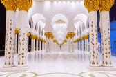 Colunas da grande mesquita em abu dhabi — Fotografia Stock