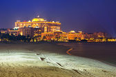 Luxury Emirates Palace hotel in Abu Dhabi at night — Stock Photo