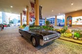 Lincoln Continental parked outside the hotel in Dubai — Stock Photo