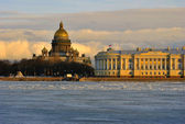 The view on Isaac Cathedral and Constitutional Court of Russia over the Neva river in St.Petersburg — Stock Photo