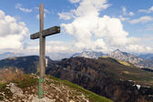 Wooden cross on the mountain in the Austrian Alps — 图库照片