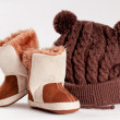 Child winter boots and cap — Stock Photo