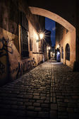 Narrow alley with lanterns in Prague at night — 图库照片