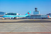 Korean Air Boeing 747 goes to the parking stand in Vaclav Havel — Stock Photo