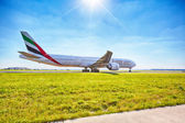 Emirates Boeing 777-31H ready for take off from Prague Airport — Stock Photo