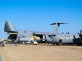 Lockheed C-5 Galaxy and C-130 Hercules — Stock Photo