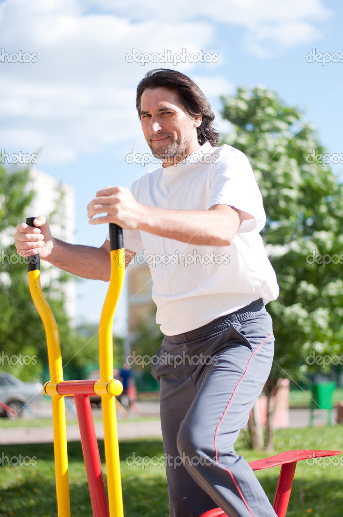 Man is  in  the gym outdoors — Stock Photo #14962307