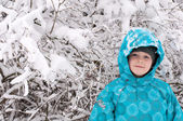 Boy in a snowy forest — Stockfoto