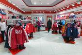 在服装店卖志强体育与奥林匹克标志 — 图库照片