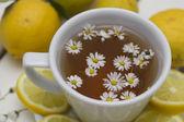 Bylinný čaj s heřmánkem a citronem — Stock fotografie