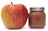 Apple et la banque d'aliments pour bébés isolé sur fond blanc. compote de pommes. — Photo