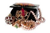 Smyckeskrin med pärlor, pärlor och smycken isolerad på vit bakgrund. — Stockfoto