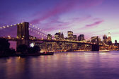 Pont de brooklyn et manhattan au coucher du soleil, new york — Photo