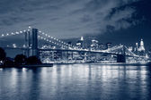 Brooklyn bridge und manhattan skyline — Stockfoto
