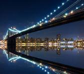 Brooklyn köprüsü ve manhattan yansımaları ile — Stok fotoğraf