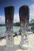Wooden statues of idols standing on sandy shore in Hawaii — Stockfoto
