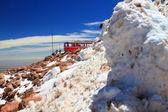 Bir tren ve kar yığınları — Stok fotoğraf