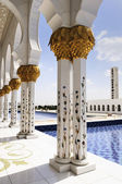 Mezquita blanca en abu dhabi — Foto de Stock